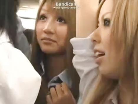 めちゃ可愛い黒ギャルJK2人にバスの中で逆痴漢されてキスされたりチンコ触られたりして悦ぶ仕事帰りのサラリーマン erovideoかわいいJK女子校生の無料エロ動画