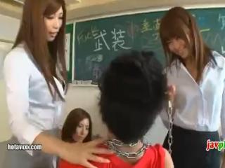 教室で暴れまくる不良生徒たちが可愛い痴女ギャルJKたちに囲まれ全身の性感帯を隅々まで舐めまわされ骨抜きになっちゃう erovideo かわいいJK女子校生の制服無料エロ動画