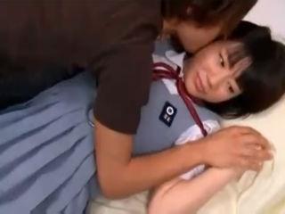 まだ男性と手をつなぐのも恥ずかしいウブな色白の素人JKを押し倒し着衣のままセックス erovideo かわいいJK女子校生の制服無料エロ動画
