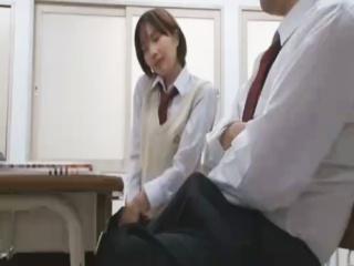 隣の男子高校生の勃起したチンポに欲情し急に学校の教室でセックスしたくなるショートカットの制服JK erovideo かわいいJK女子校生の制服無料エロ動画