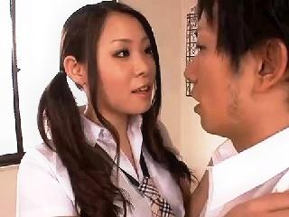 エロい制服を着たグラマラスなJKが留学前に大人の男を教えほしいと男性教師を誘惑して誰もいない教室で着衣のまま激しくセックス erovideo かわいいJK女子校生の制服無料アダルト