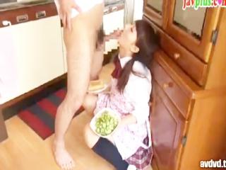 自分のために朝食を作ってくれる家庭的でめちゃ可愛いJKの妹に興奮しちゃって襲いかかりSEXするエッチな兄貴 erovideoかわいいJK女子校生の制服無料エロ動画