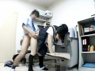 このご時世に生徒指導室でお仕置きで生意気なセーラー服女子高生に中出しして罰を与える男性教師 erovideo かわいいJK女子校生の制服無料エロ動画