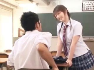 教室で落ち込んでたら委員長のメガネ巨乳JKが元気付けるためいきなりキスするので興奮しちゃって襲いかかり制服着用で顔射SEXする男子高校生 erovideo かわいいJK女子校生の制服無料エロ動画