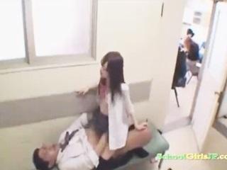 授業中に廊下で男性教師と制服着用で顔射セックスし感じちゃってるところを目撃されてしまうJK 裏アゲサゲ かわいいJK女子校生の制服無料アダルト動画