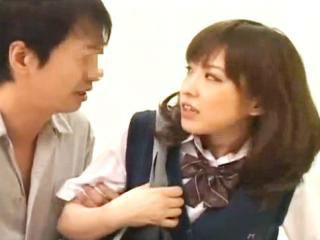 病室で彼氏のフェラ抜きしていたとこを目撃した隣の患者が彼女であるJKを脅してレイプ erovideo かわいい制服女子校生JKの無料エロ動画
