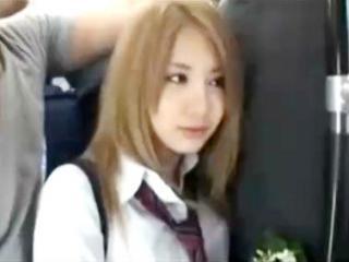 ストーカーに人がいっぱい乗ってるバスの中で痴漢レイプされてしまう金髪ギャルJK erovideo かわいい制服女子校生JKの無料エロ動画