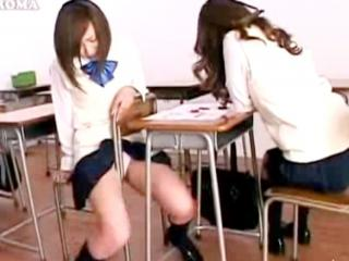 教室の椅子や机の角でオナニーする全くタイプの違う清楚系黒髪JKと茶髪ギャル FC2 かわいい制服女子校生JKの無料エロ動画