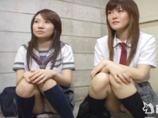 謝礼をあげる代わりにおじさんのセンズリを興味津々状態で鑑賞する2人の女子校生 FC2 かわいい制服女子校生JKの無料エロ動画