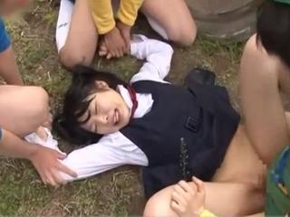 ませた小学生たちに野外で制服着用のままパンツをはさみで切られレイプされちゃうツインテールの黒髪ロリJK FC2 かわいいJK女子校生の制服無料エロ動画