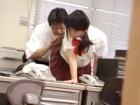 学校の職員室で小太りの男性教師と制服着衣で禁断のセックスに耽る黒髪女子校生隠し撮り FC2かわいいJK女子校生の制服無料エロ動画