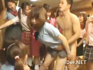 おもちゃみたいに取り合うすごい人数の淫乱女子校生たちと激しすぎるハーレム乱交セックス 裏アゲサゲ かわいい制服女子校生JKの無料エロ動画
