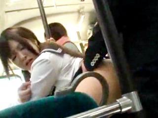 通学中のバスの中でサラリーマンに痴漢されて中出しまでされてしまうのに最後は笑顔でお掃除フェラまでしてくれる淫乱女子校生 裏アゲサゲ かわいいJK女子校生の制服無料アダルト動画