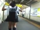制服JKをターゲットにして駅の階段やエスカレーターで神業的なスカートめくりでパンチラを盗撮し続ける男 FC2かわいいJK女子校生の制服無料エロ動画