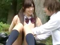 盗撮されてることも知らずに彼氏と人気のない場所で青姦エッチしてる女子校生 erovideo かわいい制服女子校生JKの無料エロ動画