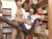 図書室で彼氏のチンポでアソコを突かれていっぱい気持ち良くなってる敏感女子校生 裏アゲサゲ かわいいJK女子校生の制服無料アダルト動画