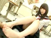 放課後の教室で男子のチンポを素足で足コキしてくれるエロ過ぎJK 裏アゲサゲ かわいいJK女子校生の制服無料エロ動画