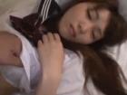 ベッドで熟睡する茶髪のセーラー服JKにチンチンを押し付けて悪戯した後に華奢な身体を突きまくって大量腹射するSEX 裏アゲサゲかわいいJK女子校生の制服無料エロ動画