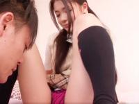 男の人の前で見せつけるようにオナニーをして興奮する変態女子校生 鶴田かな Pornhub かわいいJK女子校生の制服無料アダルト動画