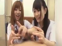 制服女子校生2人組がガラケーでチンポを写真に撮りながらダブルフェラと手コキで精子を搾り取る 裏アゲサゲかわいいJK女子校生の制服無料エロ動画