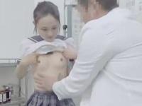 診察に来た清楚な黒髪JKがおとなしいのをイイ事に触りまくる内科医のけしからん変態行為の一部始終 erovideo かわいい JK 女子校生の制服無料エロ動画