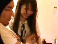 お客さんのチンポをラブホで手と口を使って扱きまくる姿を盗撮される現役女子校生 裏アゲサゲ かわいい制服女子校生JKの無料エロ動画