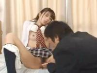 一緒にAVをみていたムラムラしてる童貞高校生のチンポを下のお口で咥えこむ清純女子校生の淫乱セックス 裏アゲサゲ かわいい制服女子校生JKの無料エロ動画