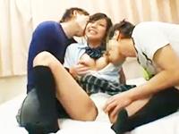 イケイケの年上お兄さんに恥ずかしい恰好でいっぱい責められてノリノリで3Pエッチしちゃうスレンダー美少女JK erovideoかわいいJK女子校生の無料エロ動画