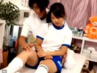 捻挫して訪れた整体院でエロ施術師に身体を弄ばれながらチンポまで入れられちゃう体操服JKの中出しセックス erovideoかわいいJK女子校生の制服無料エロ動画