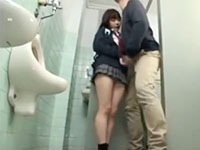 公衆トイレでロリJKに自分でオナニーしながらフェラさせてバックでぶち込む着衣セックス JavyNowかわいいJK女子校生の無料エロ動画