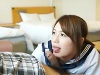 セーラー服の巨乳JK2人組を相手にホテルで3Pセックスを楽しで中出しまでしちゃうおじさん JavyNowかわいいJK女子校生の無料エロ動画