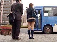 通勤中のバスの車内でプリケツな痴女女子校生に挑発されちゃうサラリーマンの逆痴漢セックス XVIDEOSかわいいJK女子校生の無料エロ動画
