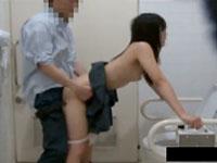 あるサイトで知り合ったおじさんとラブホも行かずに公衆トイレでサックっと援交する女子校生を盗撮S hareVideos かわいいJK女子校生の制服無料エロ動画