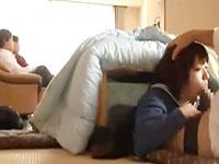 スマホをいじるロリな妹JKを隣のリビングにいる両親にバレないようにこたつに隠れてちょっかいを出すお兄ちゃんの近親相姦セックス JavyNowかわいいJK女子校生の無料エロ動画