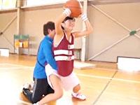 バスケ部の個人練習をする女子校生を体育館でセックスまで教える男性コーチ JavyNow かわいいJK女子校生の無料エロ動画