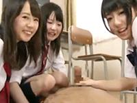 ドスケベな女子校生たちが転校生男子に「早く脱ぎなさいよ」とズボンを脱がせ教室で手コキして射精させる JavyNowかわいいJK女子校生の無料エロ動画