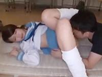 教室のカーテンを閉め切って体育マットの上でオジサンにセーラー服を着たまま犯される美少女JKのセックス 裏アゲサゲかわいいJK女子校生の制服無料アダルト動画