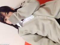 手で顔を隠してる素人女子校生の美肌ボディを舐めまわすようなカメラアングルで撮影しながらパイパンマンコにハメ撮り中出しセックス erovideoかわいいJK女子校生の制服無料エロ動画