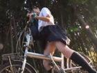 自転車のサドルでオナる変態女子校生を車に連れ込んでパイパンマンコに即ハメするカーセックス JavyNowかわいいJK女子校生の制服無料エロ動画