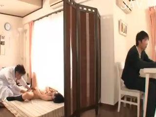 彼氏が横にいるのにイクことができない不感症の制服JKを治療として裸にして合法的に電マで責め立てる悪徳医師 erovideo かわいいJK女子校生の制服無料エロ動画