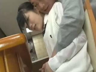 家族がいる中でテーブルの下で足コキして父親を誘惑する一見清純そうなエロエロJkの顔射セックス erovideo かわいいJK女子校生の制服無料エロ動画