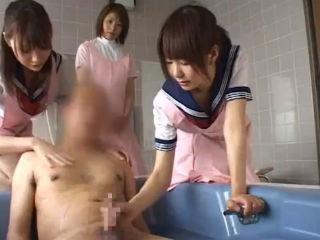 高齢者介護ボランティア活動の一環でおじいちゃんの体を洗い勃起したギンギンのチンコをしごいてあげるセーラー服の女子高生たち erovideo かわいいJK女子校生の制服無料エロ動画