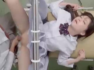生理が辛すぎて病院に行くと変態医師にマンコをいじられ診察台のカーテン越しにSEXさせられてしまう制服JK erovideo かわいいJK女子校生の制服無料エロ動画