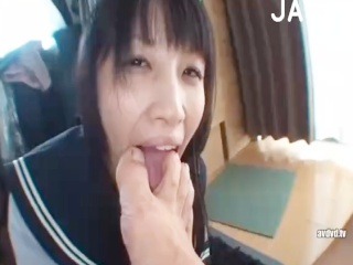 自宅で彼氏の汚い足をペロペロ犬のように舐め回す黒髪清楚なセーラー服巨乳JK erovideo かわいいJK女子校生の制服無料エロ動画