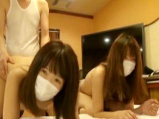 マスクをした2人の可愛い素人女子校生とおじさんがラブホで仲良くハメ撮り3Pセックス FC2 かわいいJK女子校生の無料エロ動画