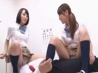 保健室で休んでいた先生がいじめっこの女子2人組に紺ハイソを履いた美脚でダブル足コキされる 裏アゲサゲかわいいJK女子校生の制服無料エロ動画