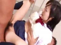 教室でアナルとマンコに肉棒をぶち込まれて感じまくる黒髪女子校生 erovideo かわいい制服女子校生JKの無料エロ動画