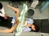 産婦人科で変態医師にアソコを肉棒で検診されちゃうパイパン女子校生の盗撮SEX erovideo かわいいJK女子校生の制服無料エロ動画