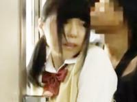 突然後ろからお尻を触られてチンポまでなすりつけられて痴漢される女子校生 erovideo かわいいJK女子校生の制服無料エロ動画