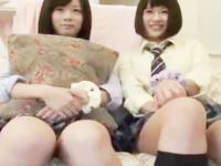 ちょっぴり恥ずかしがりながらもノリノリでおじさんの相手をする素人JKたちのハメ撮り3Pセックス erovideo かわいい制服女子校生JKの無料エロ動画